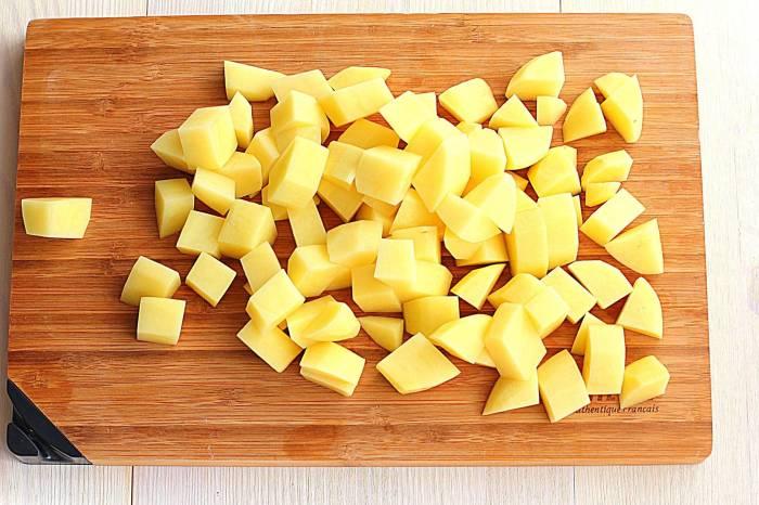 Нарезать картофель кубиками, добавить в бульон и варить минут 5.