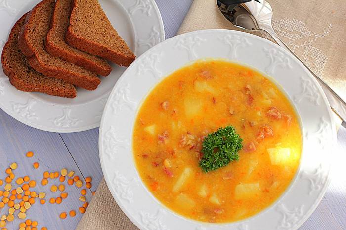 Суп подавать со свежей зеленью.