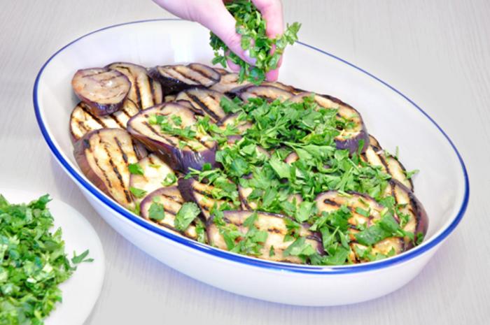 Баклажаны, кабачки и помидоры нарезать.
