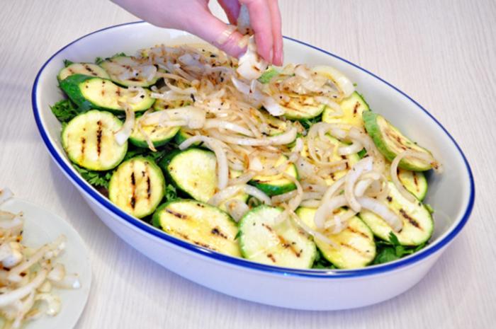 Сложить овощи в миску, залить маринадом, посолить, поперчить.