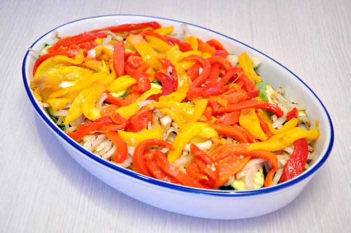 Выкладываем на обжаренные слоями овощи перцы.