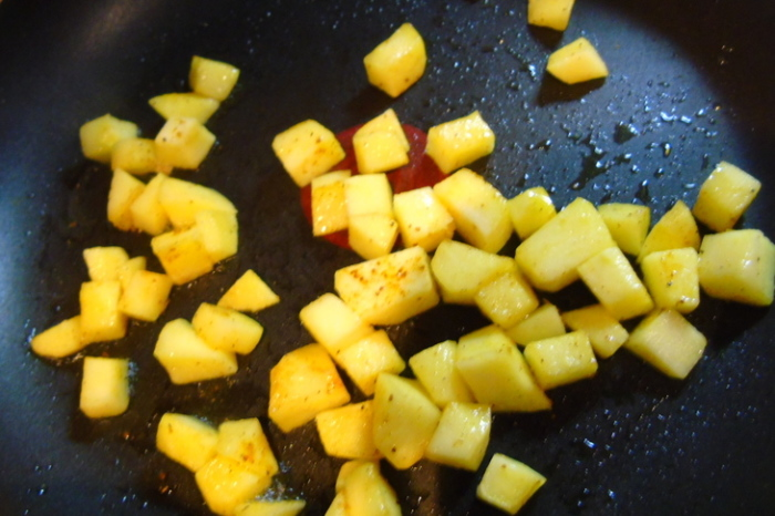 Нарежьте яблоки кубиками и обжарьте на смазанной маслом сковороде.