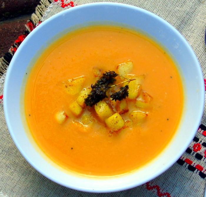 Разлейте суп по тарелкам, добавив в каждую яблоки и зелень.