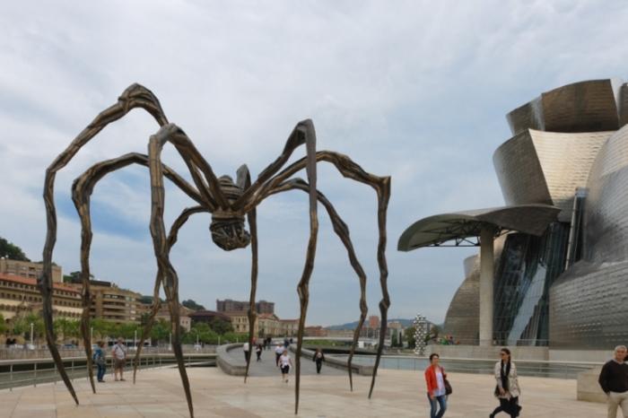 Памятник гигантскому пауку.