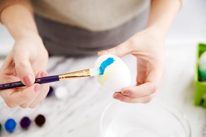 Разукрашиваем яйца красками. \ Фото: pinterest.com.