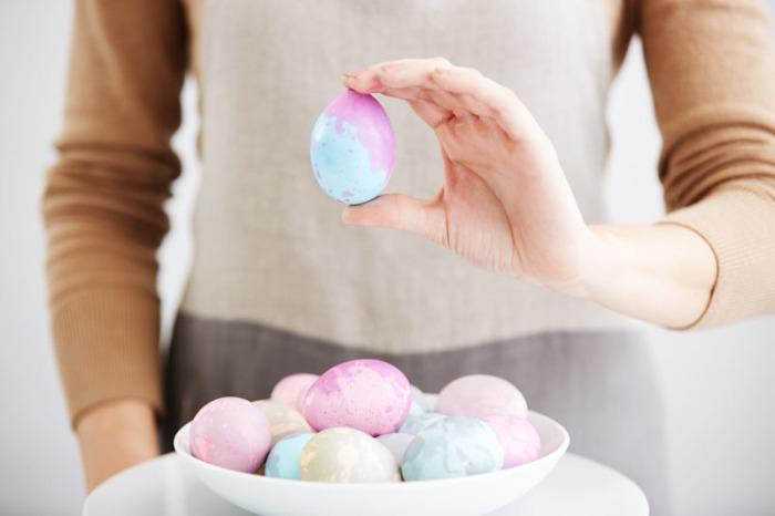 Оригинальный мраморный декор пасхальных яиц. \ Фото: worldmarket.com.