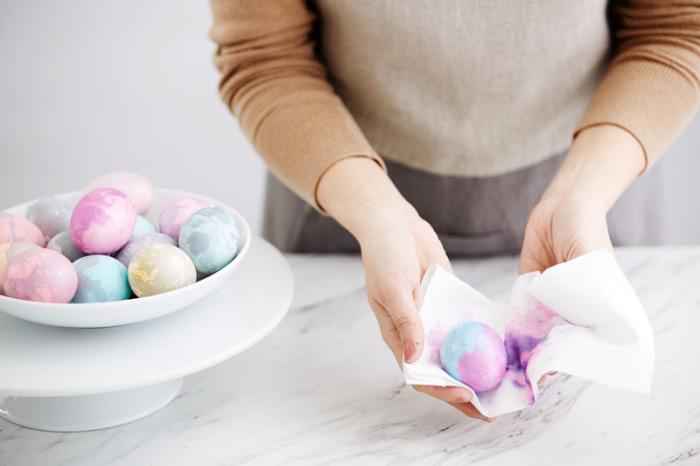 Складываем мраморные пасхальные яйца в миску. \ Фото: worldmarket.com.
