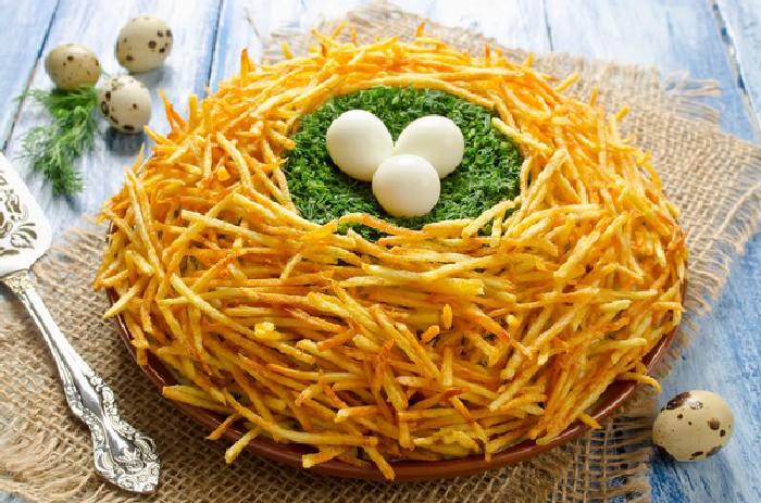 Праздничный салат Пасхальное гнездо. \ Фото: bigmir.net.