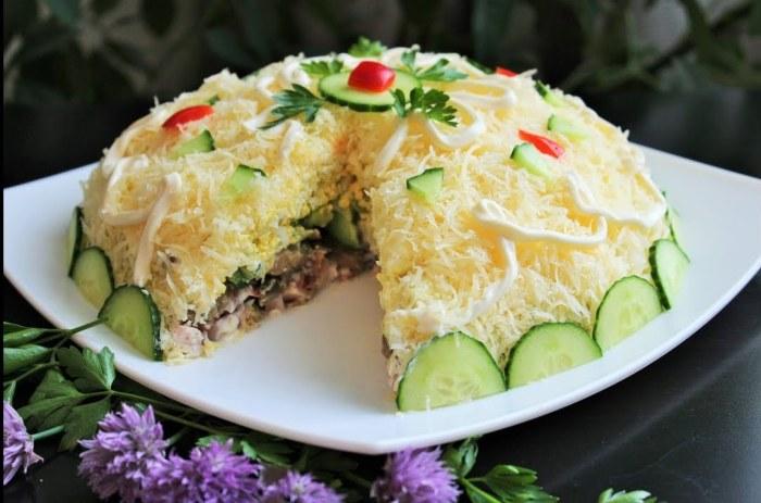 Нежный, вкусный слоёный салат с грибами. \ Фото: google.ru.