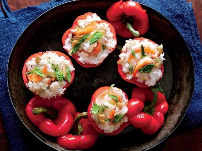 Перец, фаршированный креветками. \ Фото: self.com.