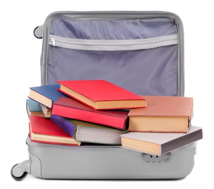 Вместо того, чтобы складировать книги в коробке, лучше сложите их в чемодан.