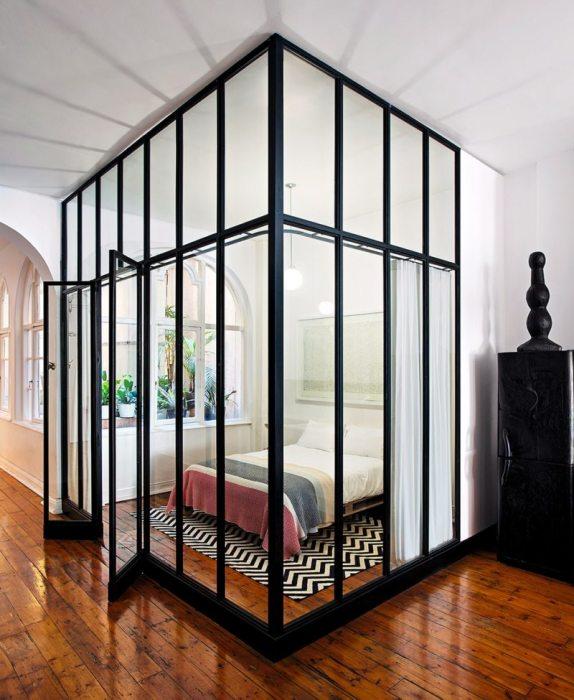 С помощью зонирования перегородками можно не только отделить спальное место, а и обновить квартиру, придав ей изюминку и эксклюзивность.