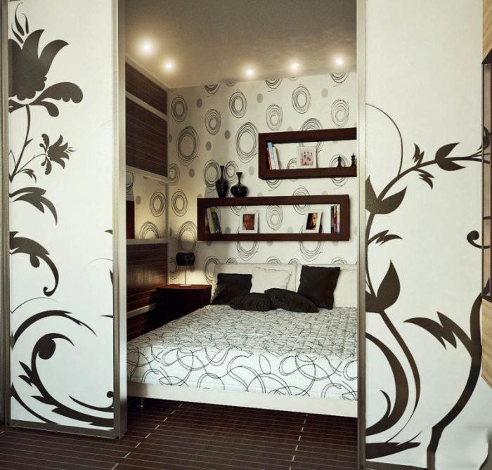 Раздвижные перегородки идеально подойдут для отделения спального места от общей комнаты.