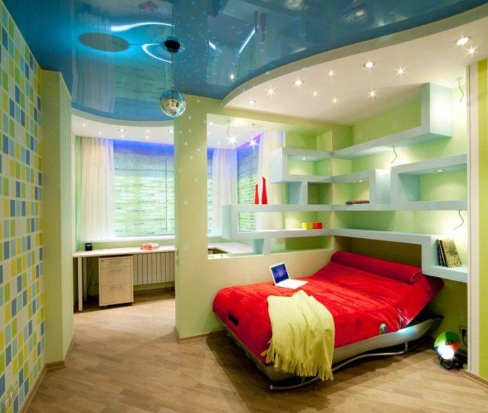 Перегородка-стеллаж - прекрасный вариант для зонирования комнаты.