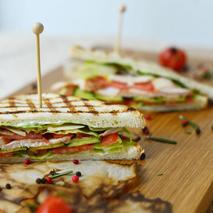 Сэндвич с курицей-гриль. \ Фото: dostavkafresh.ru.