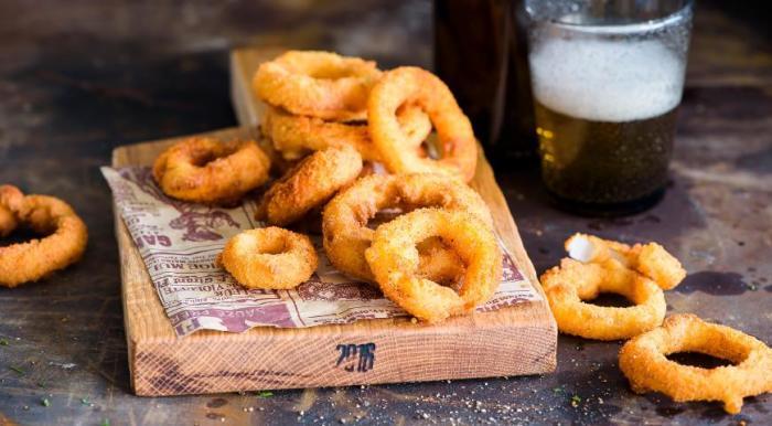 Хрустящие луковые кольца. \ Фото: gastronom.ru.