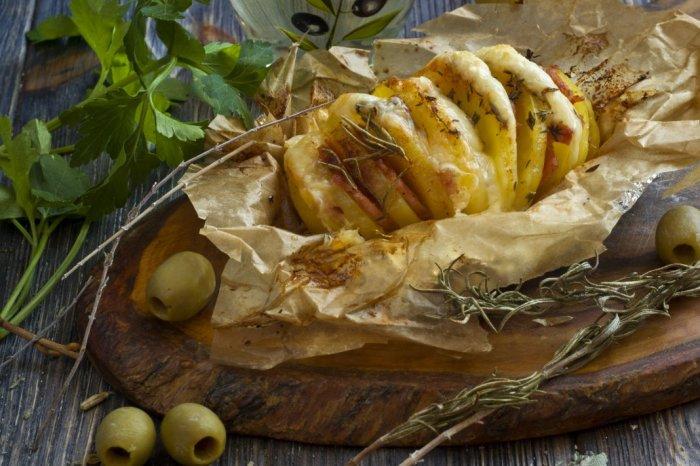 Печёная картошка-гармошка с ветчиной и сыром. \ Фото: botanichka.ru.