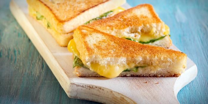 Горячие сэндвичи на гриле. \ Фото: lifehacker.ru.