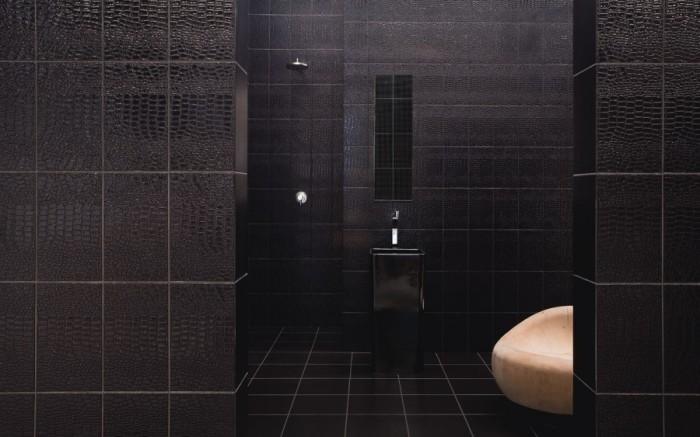 В последнее время наблюдается тенденция использования в дизайне ванной комнаты плитку, имитирующую кожу животных, порой с чётко обозначенным рельефом.
