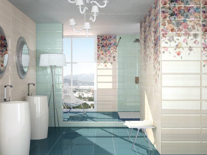 Плитка с цветочными мотивами в интерьере ванной.
