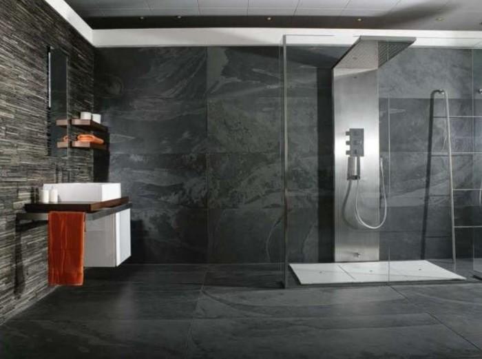 Плитка с металлическим напылением будет гармонично смотреться в дизайне ванной комнаты, так как отражающие свойства визуально расширят площадь.