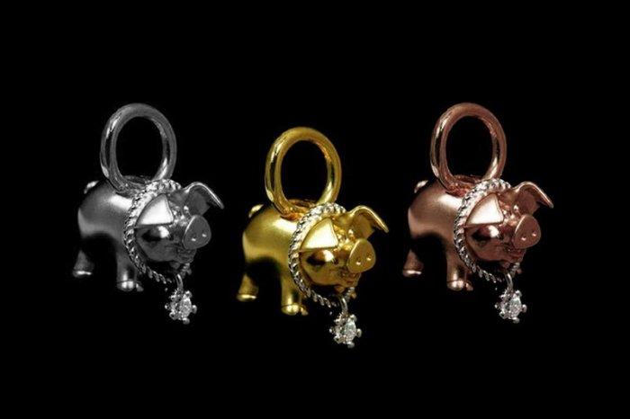 Золотая подвеска в виде свинки с ошейником из платины и бриллианта.