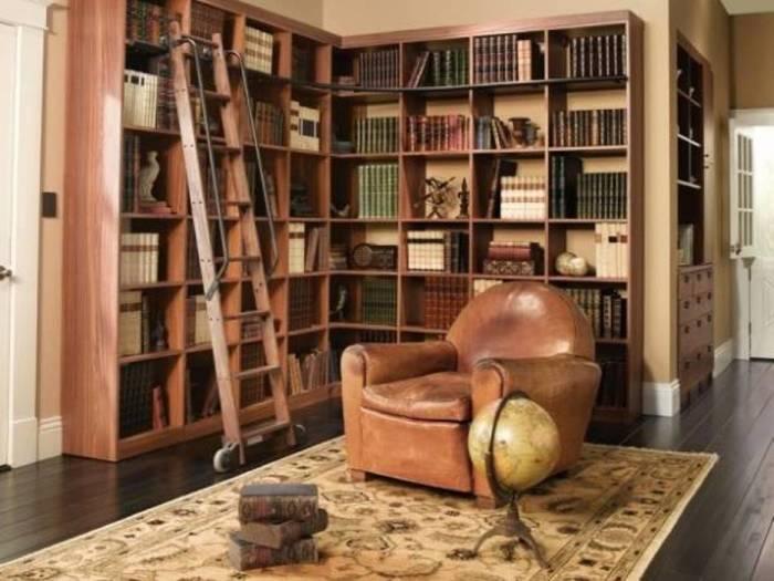 Угловая книжная полка в гостиной.