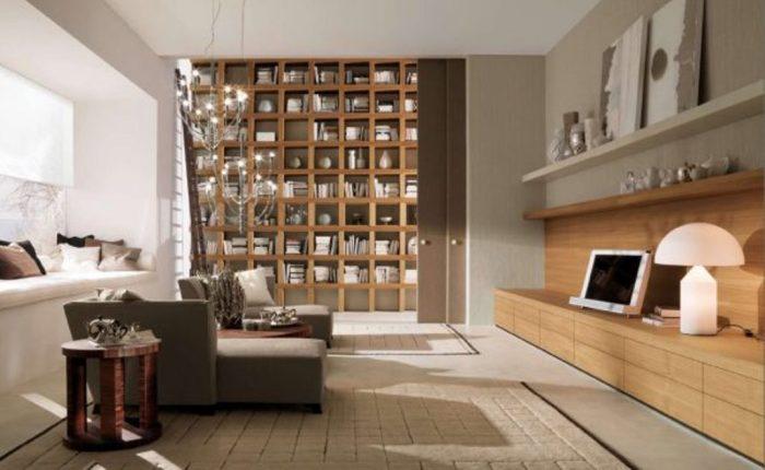 Деревянные книжные полки в интерьере гостиной.