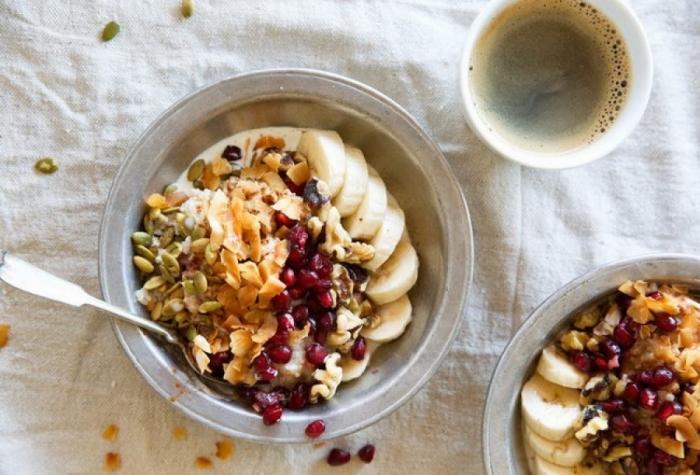 Овсяная каша с бананами и орехами. \ Фото: klaever-health.nl.