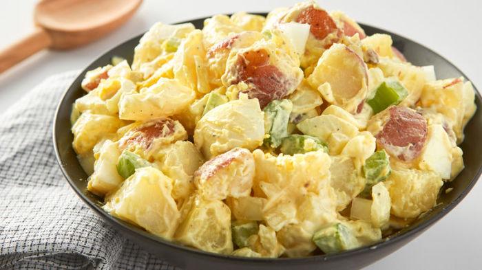 Сливочный картофельный салат. \ Фото: bettycrocker.com.