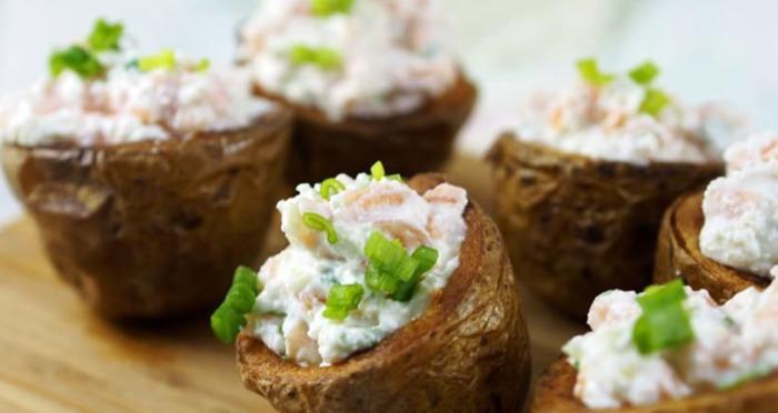 Картофель, запеченный с копчёным лососем. \ Фото: google.com.