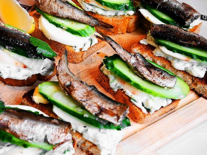 Бутерброды со шпротами и свежим огурцом.