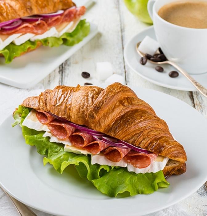 Оригинальный бутерброд с салями.