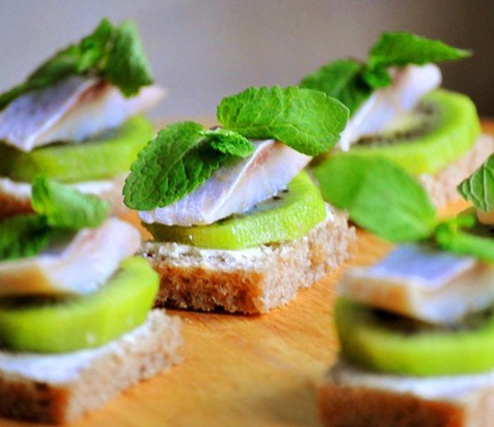 Оригинальные бутерброды с необычным сочетанием продуктов.