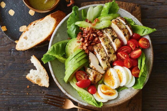 Сочетание мяса с овощами и ароматнейшей заправкой – отличный вариант закуски или основного блюда.