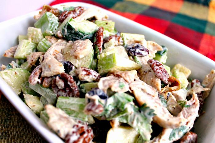 Очень вкусный и сытный куриный салат с яблоками, орехами и зеленью.