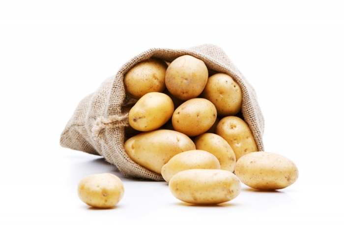 Лучше всего картофель хранить при средней температуре. В бумажном пакете. мешочке или коробке.