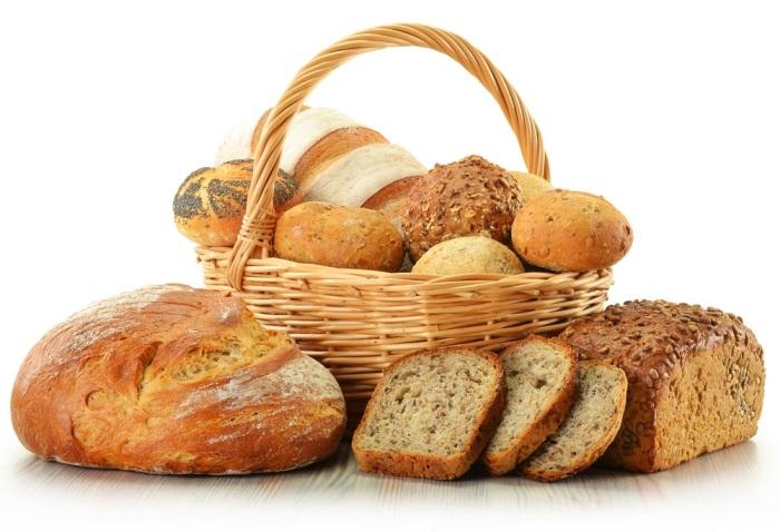 Правильнее всего хранить хлеб при комнатной температуре (в хлебнице или бумажном пакете).