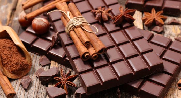 Шоколад стоит хранить в тёмном прохладном месте для того, чтобы сохранить его вкусовые качества. Лучше всего для этого подойдёт шкаф.