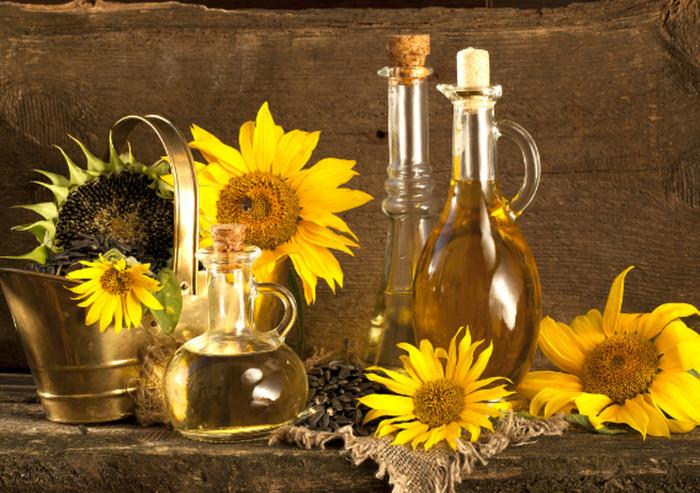 Подсолнечное масло нужно хранить в прохладном тёмном месте (лучше всего в шкафу).