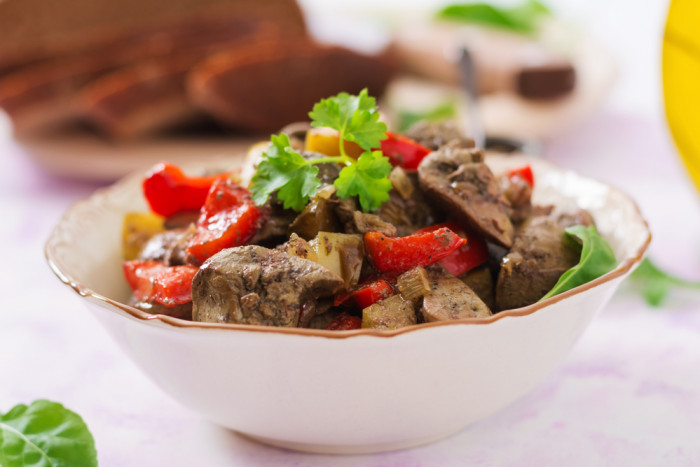 Жаренная куриная печь с овощами и тимьяном.