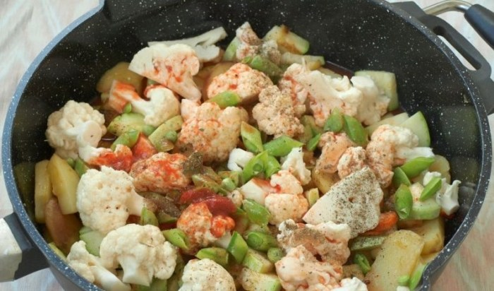 Овощное рагу с нутом, цветной капустой, шпинатом и картофелем. \ Фото: povar.ru.
