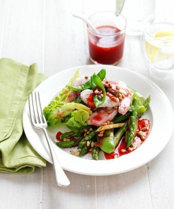 Салат с копчёной курицей и малиновым соусом. \ Фото: pinterest.com.