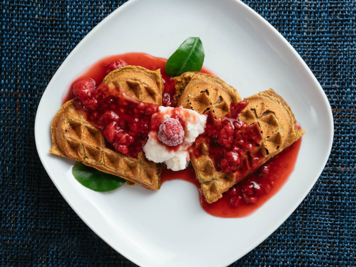 Венские вафли с мороженным и ягодным соусом. \ Фото: google.com.