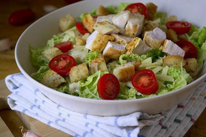 Салат с курицей и сухариками. \ Фото: 1000.menu.