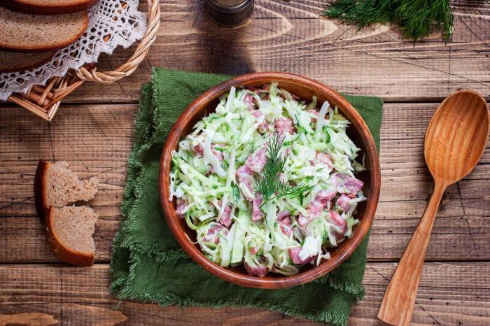 Салат с копчёной колбасой. \ Фото: 1000.menu.