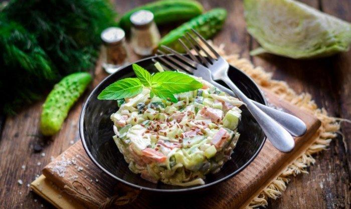 Салат с копчёной колбасой и капустой. \ Фото: google.com.