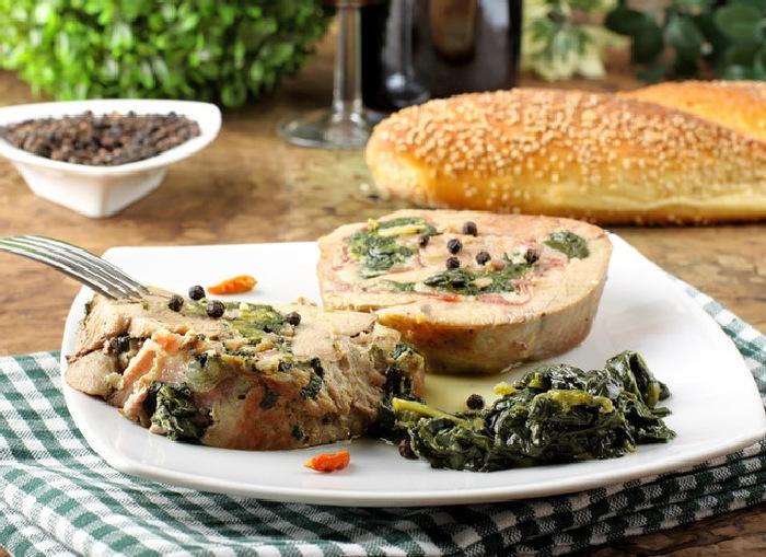 Сочная телятина с ветчиной и шпинатом. \ Фото: tochka.net.