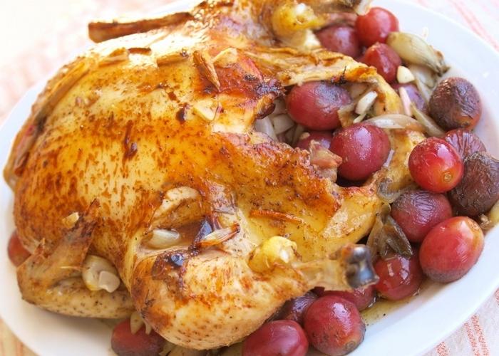 Курица с виноградом и луком-шалот.