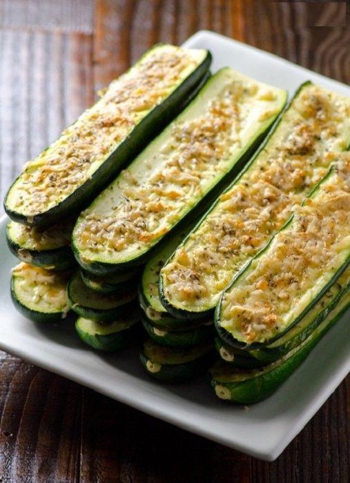 Готовые кабачки подаём горячими со свежей зеленью или сметаной.